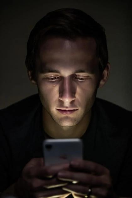 熬夜刷手机开夜间模式?就好比大吃大喝配无糖可乐