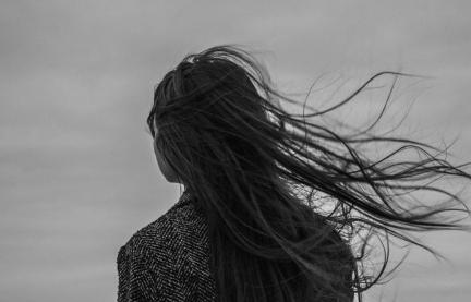 北方大风头发太凌乱,三种发型让你不惧狂风,成淡定女孩
