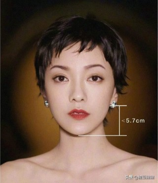 """过了40的职场女人,建议剪这4款""""贴耳短发"""",显脸小又显气质"""