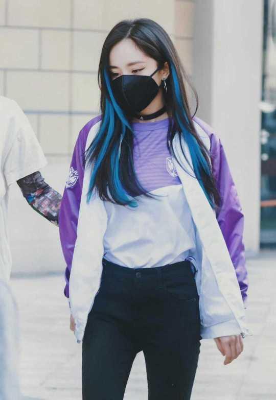 """杨幂果然是""""时尚一姐"""",挑染蓝色头发走叛逆风,换别人就土气了"""